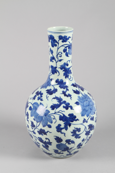 Large 19th Century Chinese blue and white vase, sold for £1,400