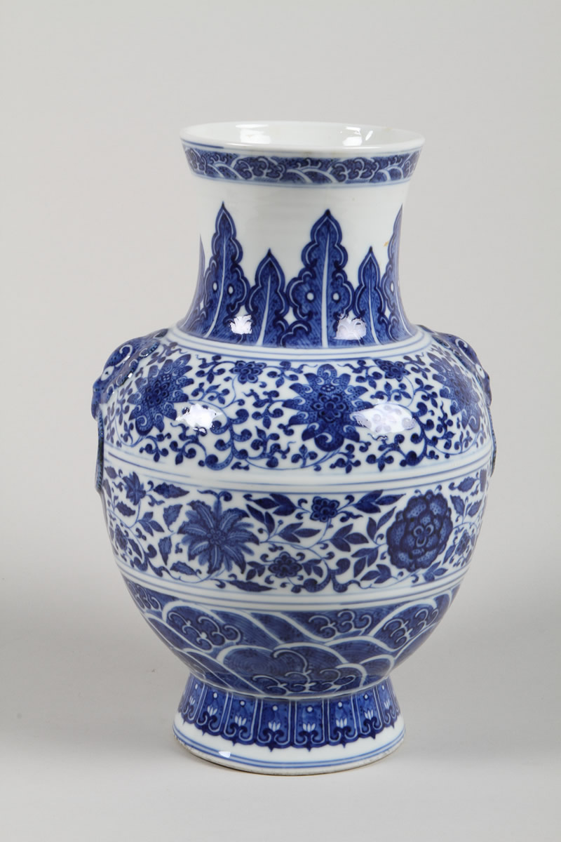 Chinese blue and white vase, Realised £1100.jpg