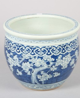 Chinese blue and white jardiniere, sold £900